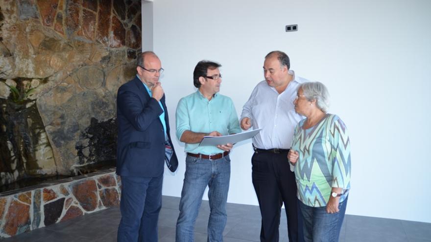 En la imagen, el presidente del Cabildo, el alcalde de Los Sauces, un técnico y la consejera insular de Cultura durante la visita realizada al futuro centro de interpretación El Tendal.