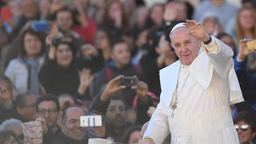 """Vaticano felicita a Trump y le anima a cambiar un mundo en """"grave conflicto"""""""