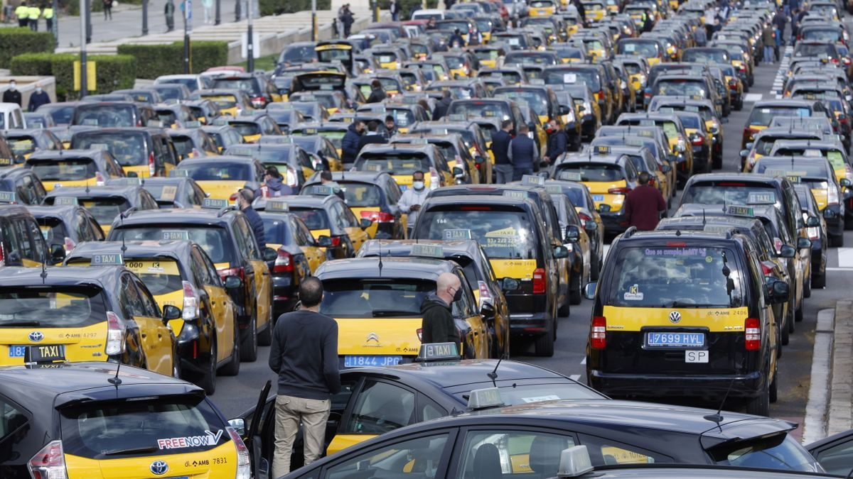 Decenas de taxistas de Barcelona realizan una marcha lenta Barcelona el pasado jueves. EFE