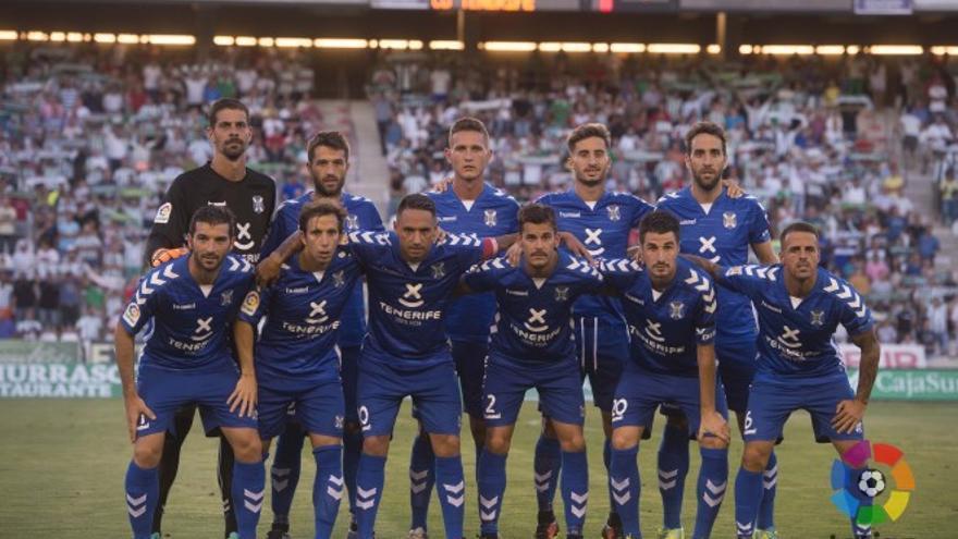Once del CD Tenerife en el encuentro que disputó frente al Córdoba en la priemra jornada de Segund División.
