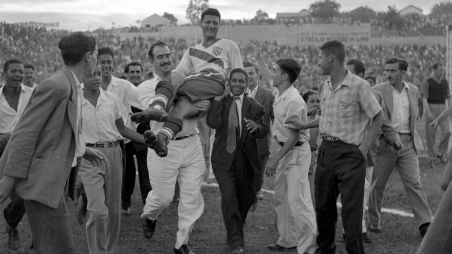 Joe Gaetjens es llevado en hombros tras la victoria de EEUU contra Inglaterra.
