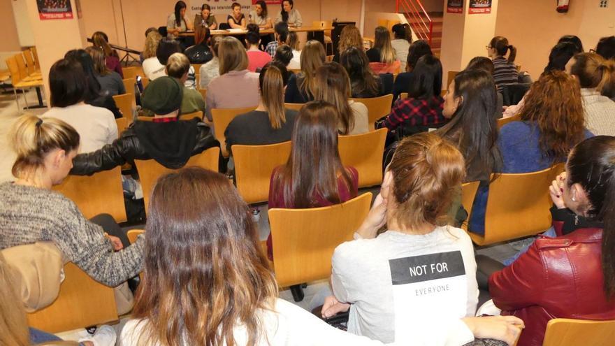 Asamblea de las trabajadoras de Bershka en una sede del sindicato CIG