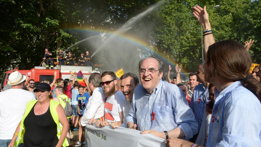 Pablo Iglesias, Ángel Gabilondo y José Manuel López en la manifestación del Orgullo LGTB en Madrid. / GDN Gtresonline