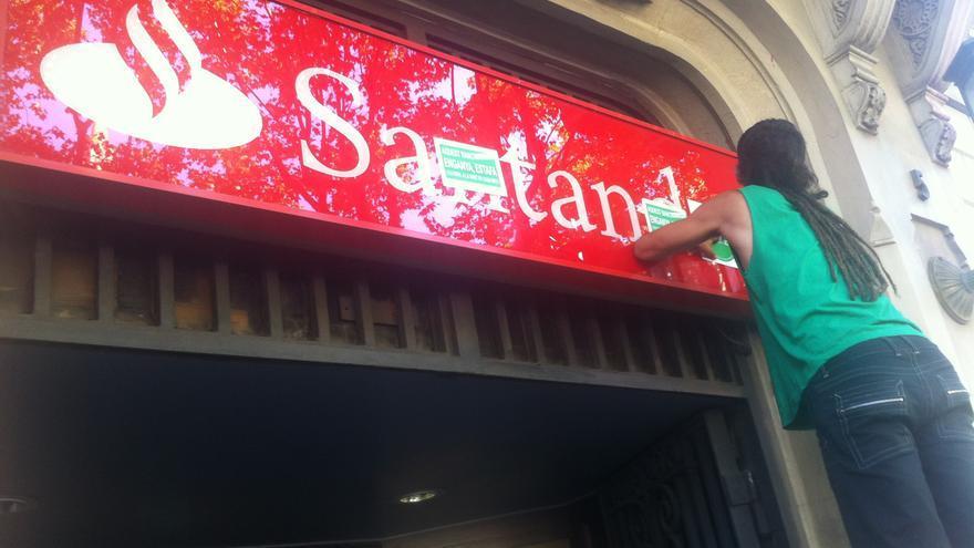La PAH ocupa la sede del banco Santander en el Passeig de Gràcia de Barcelona / João França