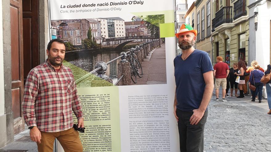 Eduardo Cabrera (i) y Sam Bolam en la exposición fotográfica sobre Cork.