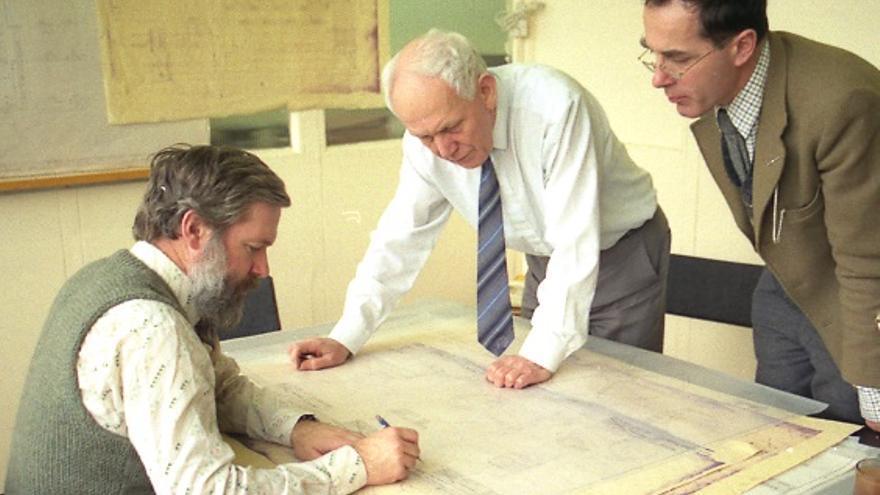 De izquierda a derecha: Allan Bromley, Reg Crick, Michael Wright y Peter Turvey, miembros del equipo que reconstruyó la máquina diferencial nº 2