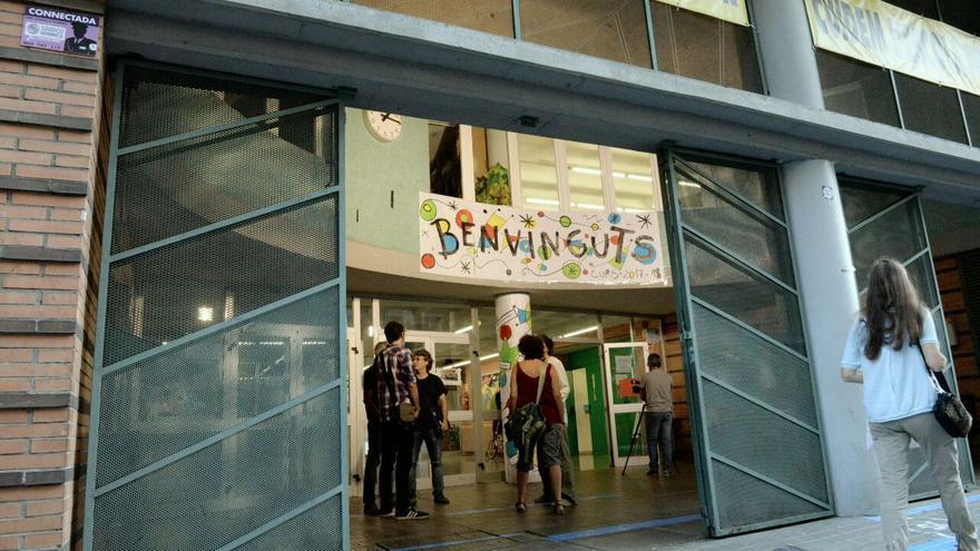 """Un cartel de """"bienvenidos"""" a la entrada del colegio Auró de Barcelona"""