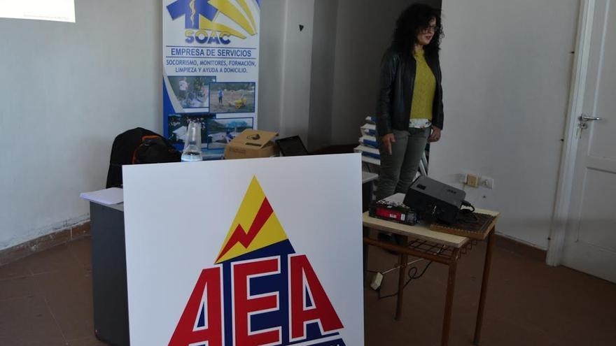 En la imagen, la consejera responsable de Seguridad y Emergencias del Cabildo, Nieves Rosa Arroyo, en el curso de Soporte Vital Básico y DESA (Desfibrilación Semiautomática), destinado preferentemente al personal de AEA.