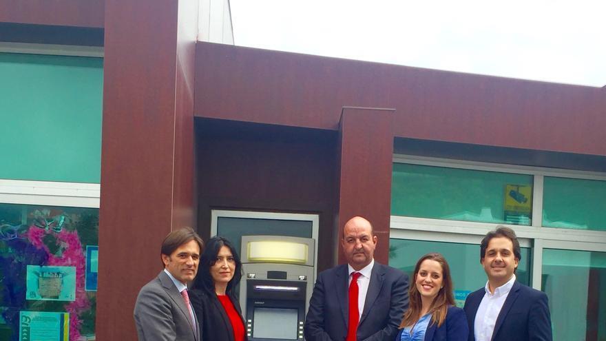 En la imagen, acto inaugural del cajero automático de Los Cancajos.