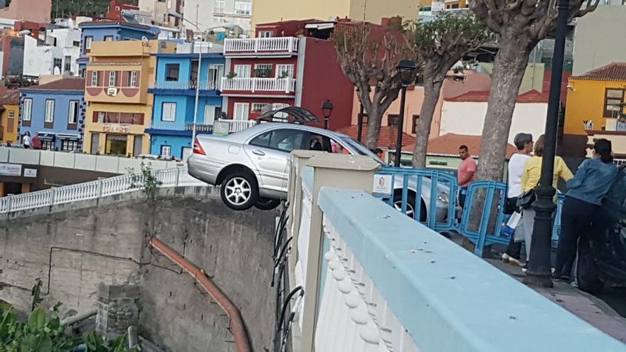 El coche estuvo a punto de caer por una pared de 10 metros.