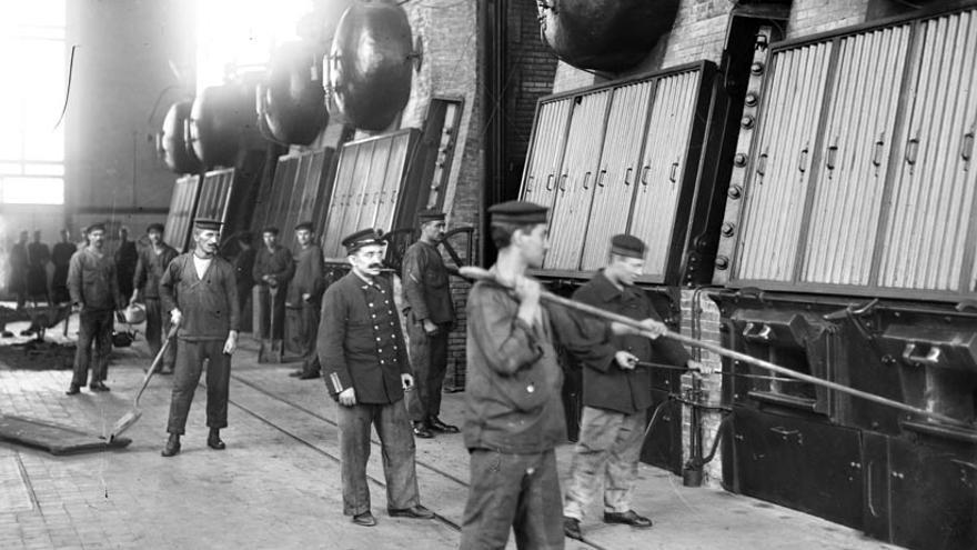 Los militares, controlando los trabajos del servicio de electricidad