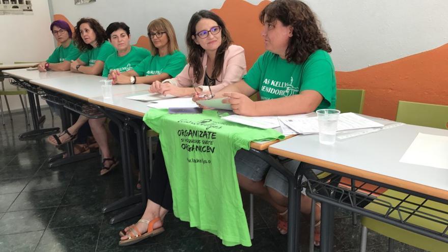 Mónica Oltra, este martes con representantes de las 'kellys' en Benidorm.