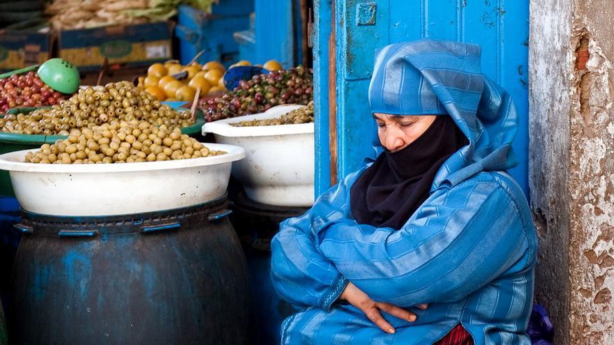 Una mujer sestea junto a un puestos de aceitunas en el zoco de Essaouira. Scott Presly