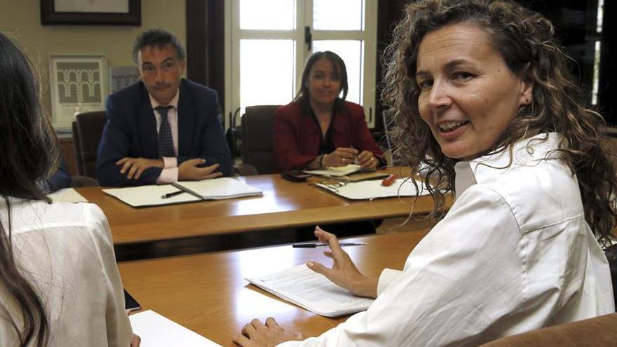 La consejera de Obras Públicas y Transportes de Canarias, Ornella Chacón (d), durante la reunión de la Comisión Bilateral Mixta de Seguimiento del Convenio de Carreteras entre el Gobierno canario y el Ministerio de Fomento. (Efe/Fernando Alvarado)