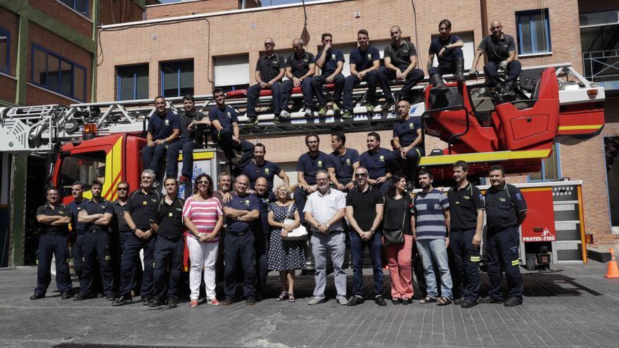 Manuela Carmena y Javier Barbero junto a bomberos de Madrid en una foto de archivo.