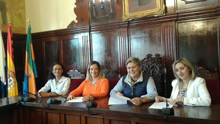 Firma del convenio entre  el Ayuntamiento y la Zona Comercial Abierta.