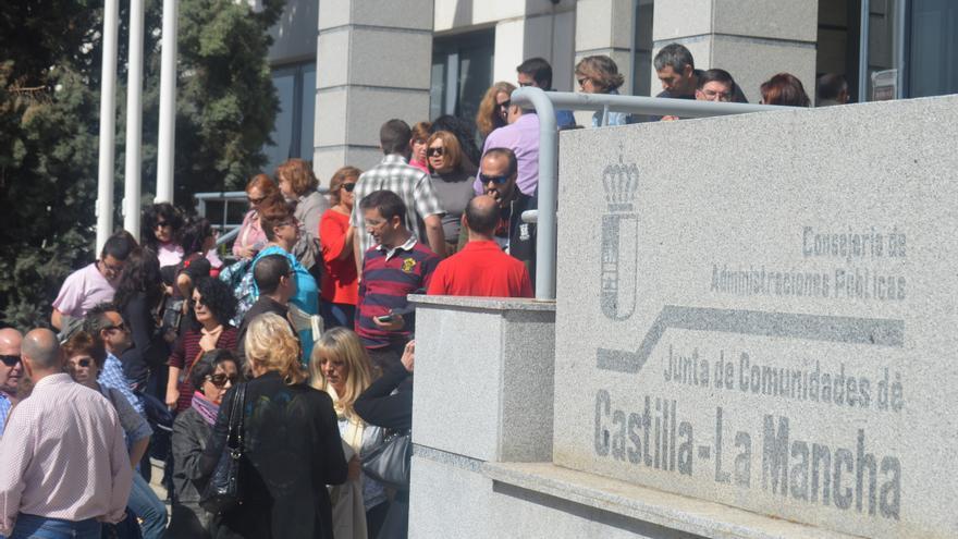 Trabajadores públicos protestan en la puerta de la Consejería de Administraciones Públicas de Castilla-La Mancha / Foto: Javier Robla