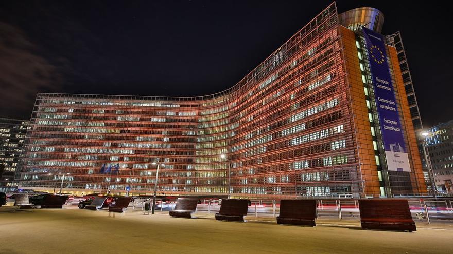 El edificio Berlaymont, sede de la Comisión Europea en Bruselas, iluminado de naranja, color elegido por la ONU para denunciar los feminicidios, el 25 de noviembre de 2019.