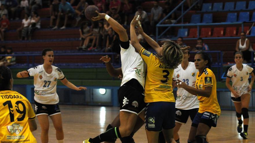 Las jugadoras del Rocasa Gran Canaria ACE y del Aula Cultura de Valladolid disputando el encuentro en el Pabellón Insular Antonio Morales.