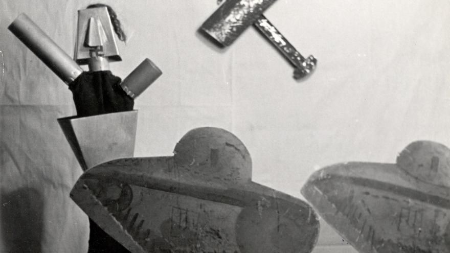 Foto en la que aparecen tanques alemanes y una torreta de cañón que simula a Hitler