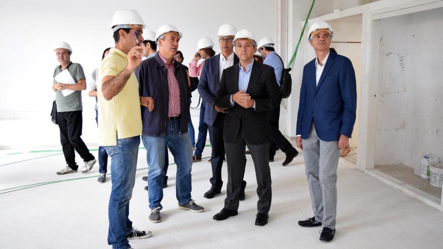 José Manuel Bermúdez (segundo por la derecha), durante la visita de este viernes