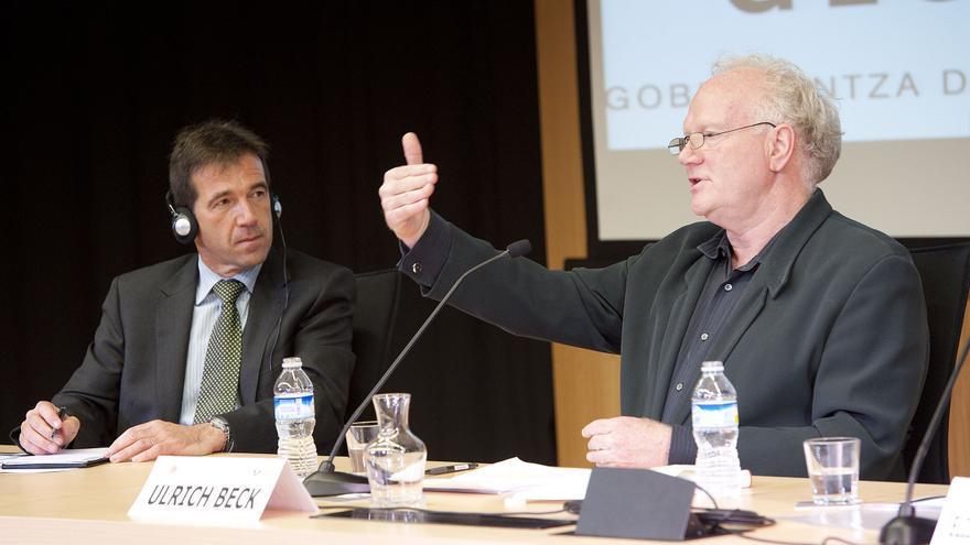 El catedrático de Derecho de la UPV/EHU Juan José Álvarez, en una conferencia junto al sociólogo alemán, Ulrich Beck