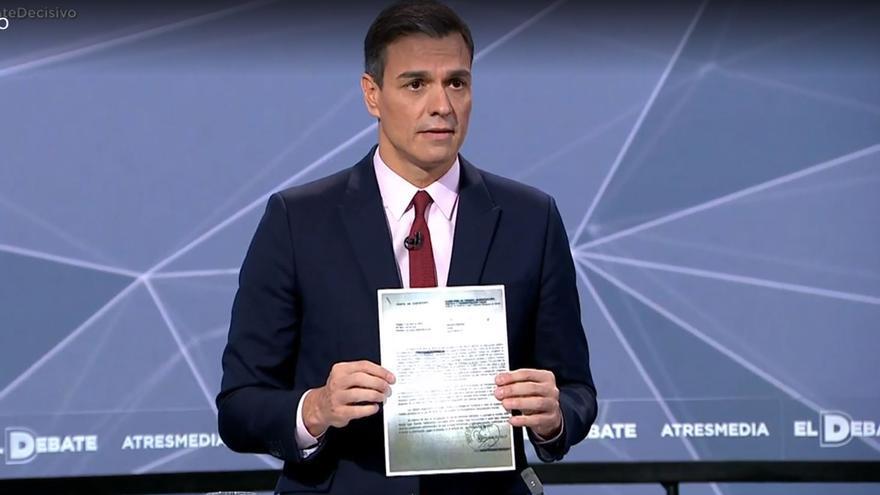 Pedro Sánchez muestra la carta recibida por los trabajadores de violencia de género de Sevilla.