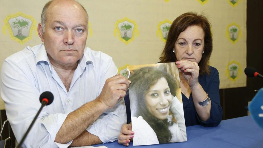 José Morales y Carmen de Matos muestran una foto de su hija en la rueda de prensa.