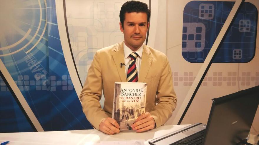 Antonio J. Sánchez posa con su libro en los estudios de Huelva TV.