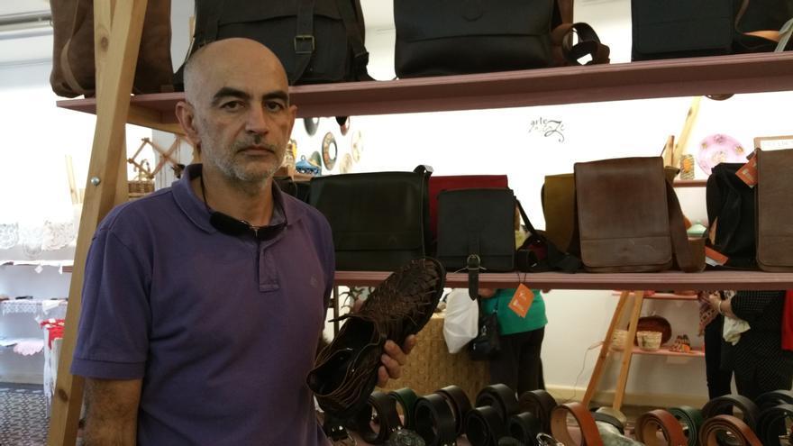 Arcadio Simón elabora zapatos artesanos y marroquinería. Foto: LUZ RODRÍGUEZ.