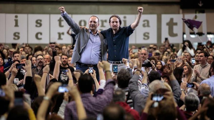 El secretario general de Podemos, Pablo Iglesias (d), ofrece un mitin junto al candidato de Unides Podem-Esquerra Unida a la Presidencia de la Generalitat, Rubén Martínez Dalmau (i), esta tarde en Valencia.