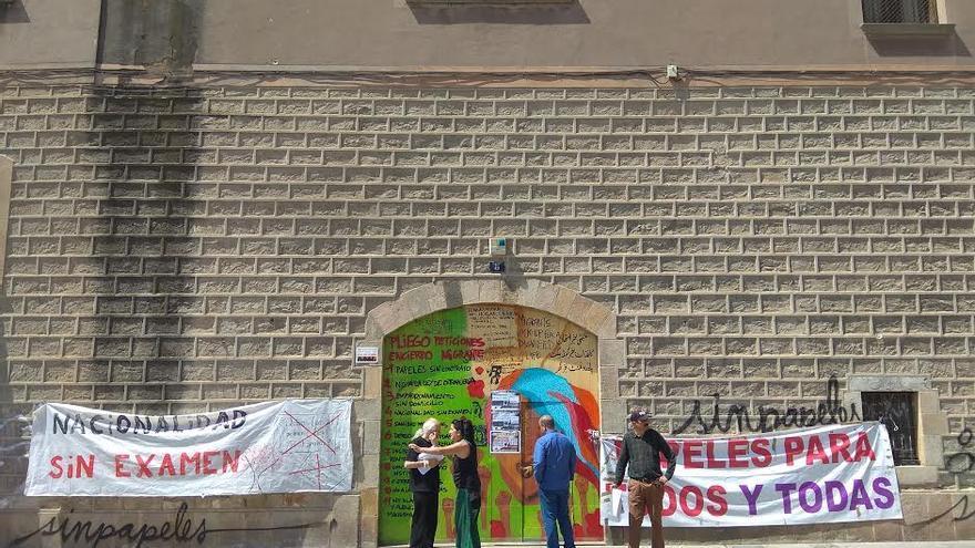 Entrada a la antigua Escola Massana, ahora ocupada por colectivos migrantes