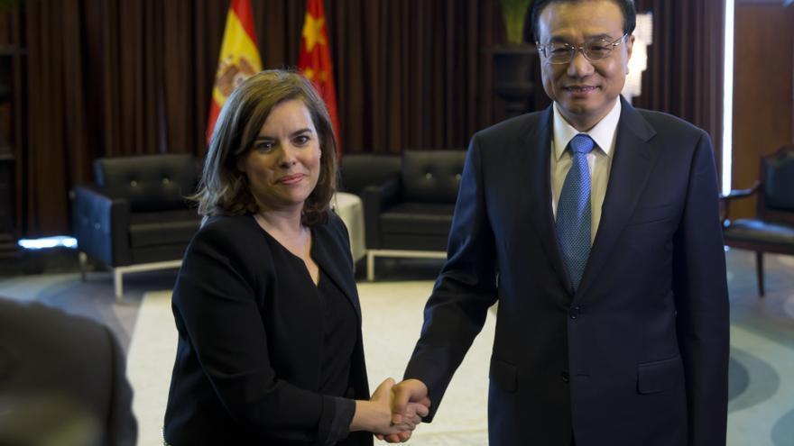 La vicepresidenta, Soraya Sáenz de Santamaría, junto al primer ministro chino.