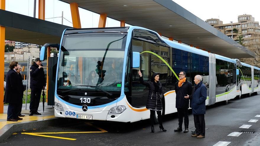Los cinco autobuses articulados para el Metro-TUS llegan a la ciudad
