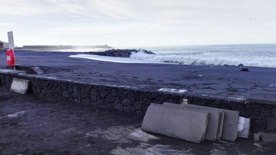 Las olas han arrancado 10 de metros de loseta del muro del paseo marítimo de la Avenida de El Emigrante de la playa de El Puerto de Tazacorte.