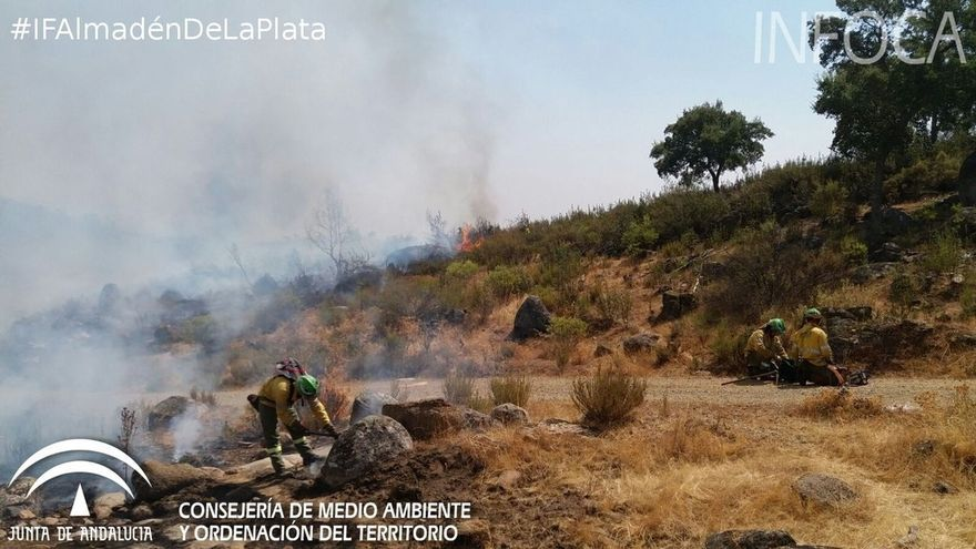 Continúan activos los incendios de Almadén y Cazalla más de 24 horas después de iniciarse