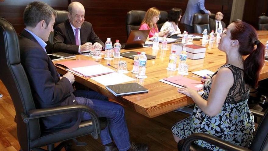 El presidente del Gobierno de Canarias, Fernando Clavijo (i), preside la reunión del Consejo de Gobierno celebrado en la capital tinerfeña. EFE/Cristóbal García