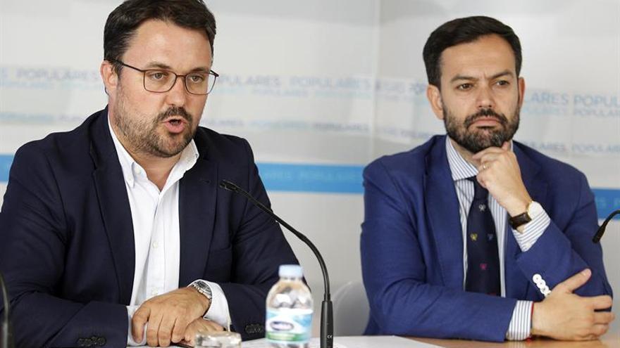 El presidente del PP de Canarias, Asier Antona (i), acompañado por el coordinador general de Afiliación y Movilización del PP de Canarias, Lope Afonso