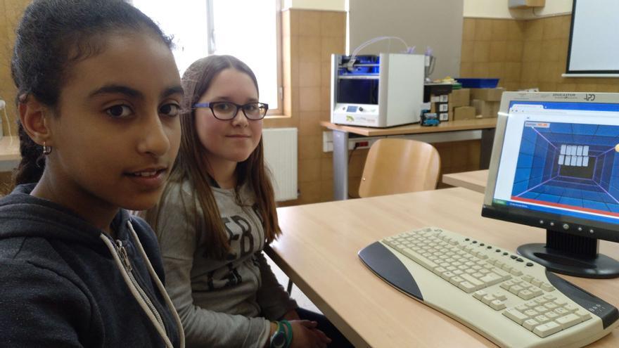 Hafsa y Eli participan en los Club GEN10S, un proyecto de Google.org y Ayuda en Acción para romper brechas tecnológicas y de género.