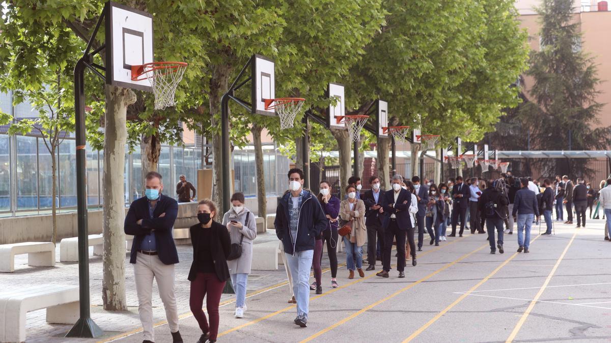 Colas formadas en el acceso al Colegio San Agustín, en Madrid, con motivo de las elecciones autonómicas deMadridde este 4 de mayo.