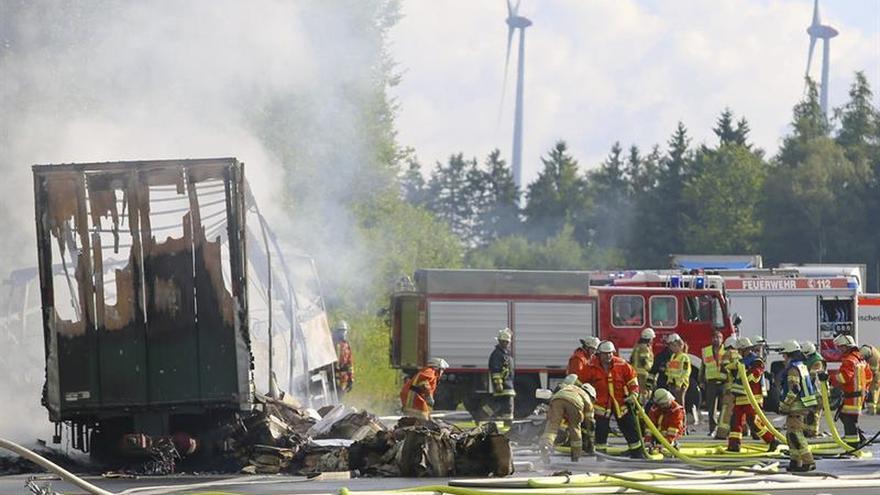"""La policía alemana confirma """"varios muertos"""" tras el choque de un autobús y un camión"""
