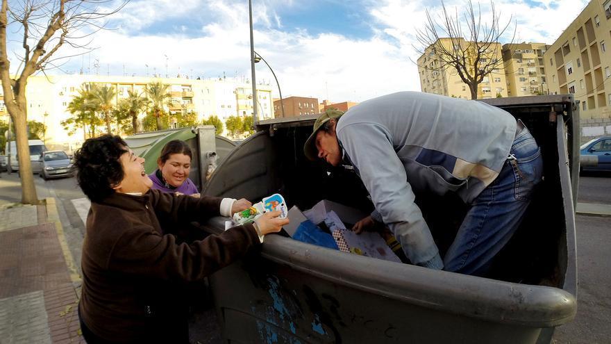La pobreza empuja cada vez a más personas a buscar restos útiles entre la basura.