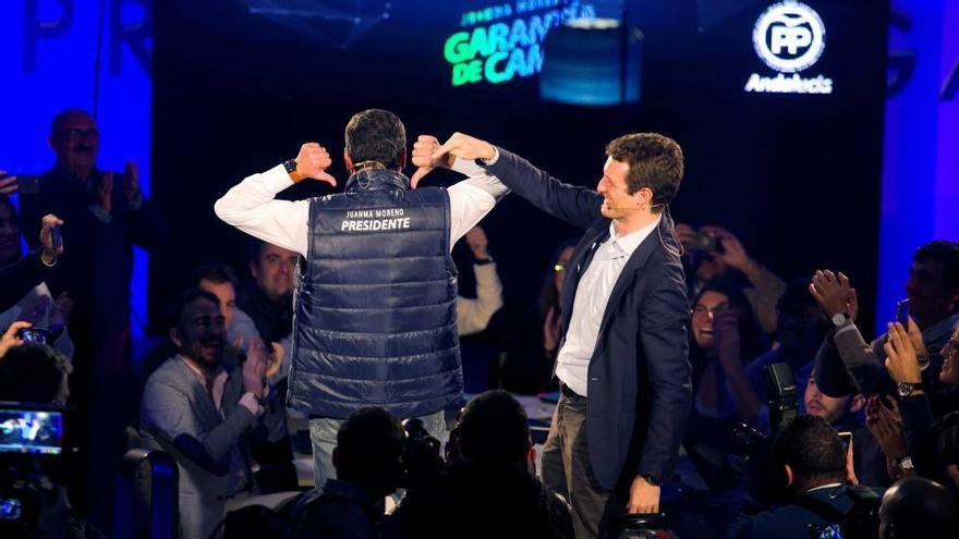Juan Manuel Moreno muestra su chaleco presidencial durante un acto de campaña electoral de las andaluzas junto al líder nacional del PP, Pablo Casado.
