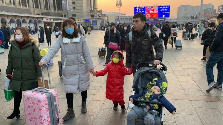 Viajeros en la Estación Central de Ferrocarril de Pekín que regresan a sus lugares de origen para pasar el Año Nuevo Chino. Casi todos van con máscaras por el temor al contagio de la neumonía de Wuhan.