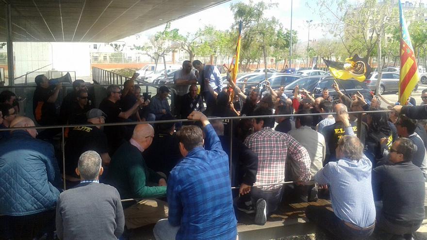Los taxistas realizan una sentada antes de finalizar la manifestación
