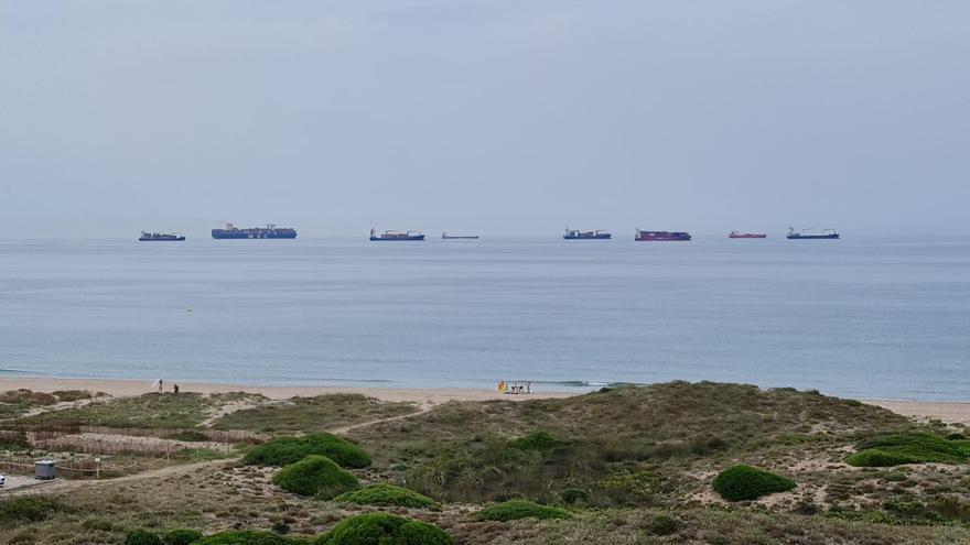 Buques fondeados frente a la playa de El Saler.
