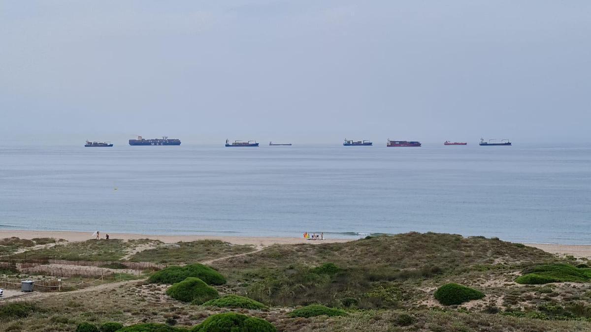 Ocho buques fondeados recientemente frente a la playa de El Saler.