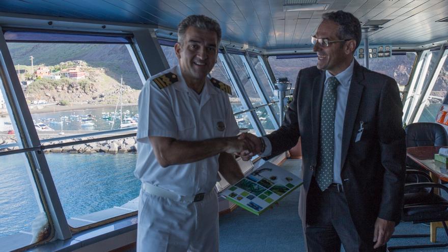 Fernando Méndez (d) junto al capitán del buque