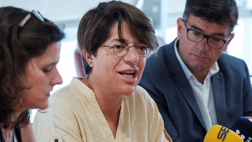 La nueva viceconsejera de Igualdad y Diversidad del Gobierno de Canarias, Sylvia Jaén (c), acompañada por la directora del Instituto Canario de Igualdad, Kika Fumero (i) y el director de la Dirección General de Diversidad, Julio Concepción.
