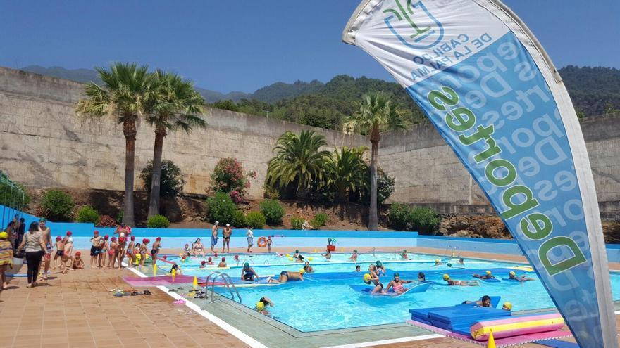 Imagen de archivo de un curso de natación en la Ciudad Deportiva de Miraflores, en Santa Cruz de La Palma, organizado por el Cabildo.